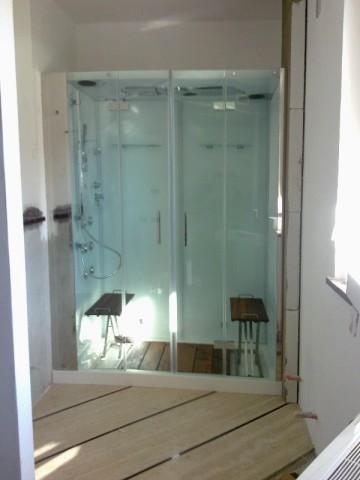 Bagno zona giorno con lavello in travertino